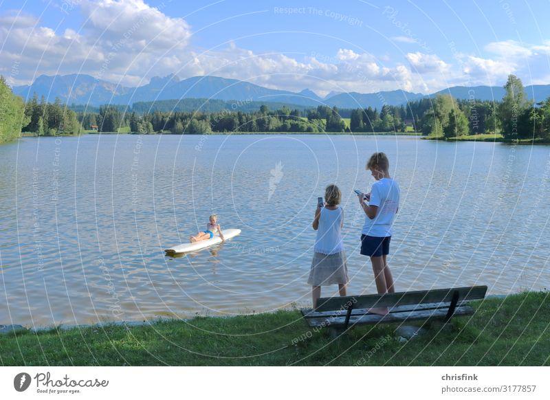 Familie macht Handy-Foto an Bergsee Freizeit & Hobby Ferien & Urlaub & Reisen Tourismus Ausflug Sport Fitness Sport-Training Schwimmen & Baden Mädchen Junge