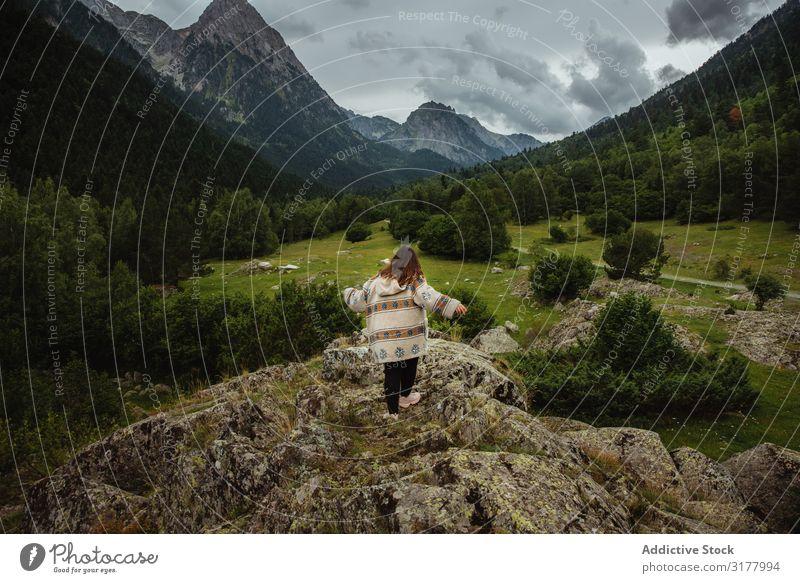 Anonyme Frau auf einem steinigen Hügel laufen Tal rennen Top Wolken Himmel Berge u. Gebirge Ferien & Urlaub & Reisen Natur Landschaft Düne Reichweite Stein