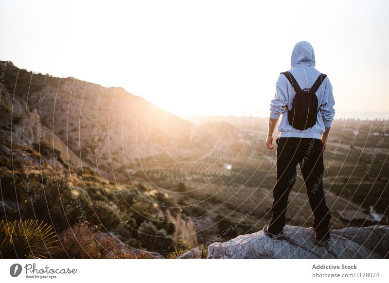 Reisender, der den Sonnenaufgang auf dem Land bewundert. Mann Wanderer Tal Morgen Landschaft Berge u. Gebirge malerisch Errungenschaft Höhe Sport anhaben stehen