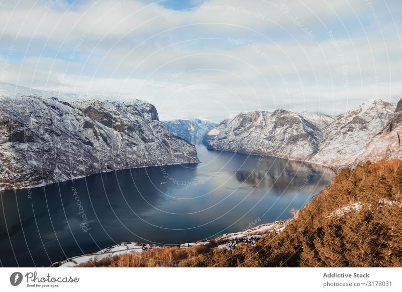 See zwischen den Hügeln im Schnee Berge u. Gebirge malerisch Winter Wasser Himmel Wolken Oberfläche Aussicht Natur Ferien & Urlaub & Reisen Landschaft Tourismus