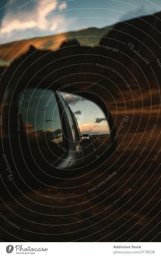 Blick auf Straße und untergehenden Himmel im Außenspiegel Landschaft Sonnenuntergang Reflexion & Spiegelung PKW Natur ländlich Aussicht Weg