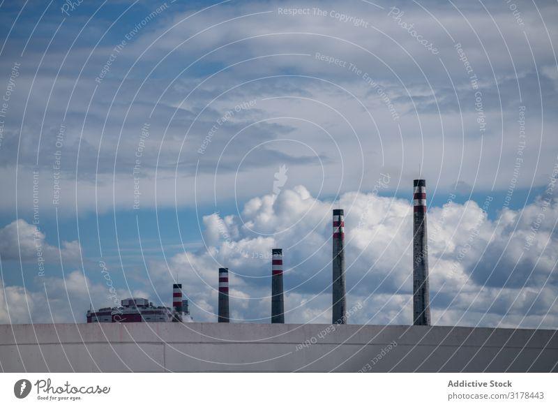 Industrielle Schornsteine und schöner bewölkter Himmel Stapel industriell Rauch Wolken Auspuff malerisch Spanien Asturien Fabrik Perspektive ökologisch Umwelt