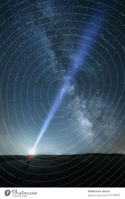 Sternenhimmel und Person mit Lichtstrahl Himmel Reisender Rochen sternenklar Nacht majestätisch hell Milchstrasse Blick nach oben Mysterium Galaxie geistig