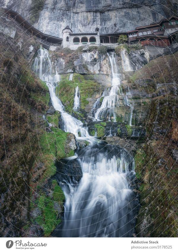 Malerischer Wasserfall auf hoher Klippe Höhe Natur Terrasse Langzeitbelichtung majestätisch strömen Tourismus frisch rein harmonisch Tal ökologisch Umwelt