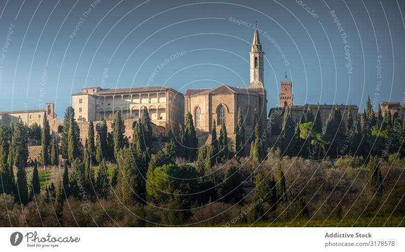 Ältere Kathedrale in grünem ländlichem Land Landschaft malerisch Italien Toskana Panorama (Bildformat) antik Ferien & Urlaub & Reisen Tourismus Ausflugsziel