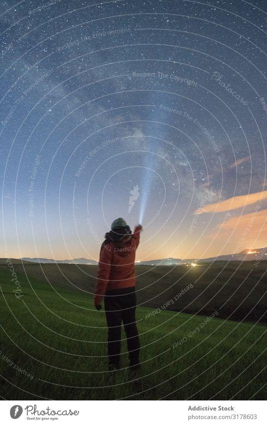 Reisendenbeleuchtung mit Taschenlampe am Sternenhimmel Reisender sternenklar Himmel Fackel Toskana Italien Feld Schwebebalken Ferien & Urlaub & Reisen Nacht