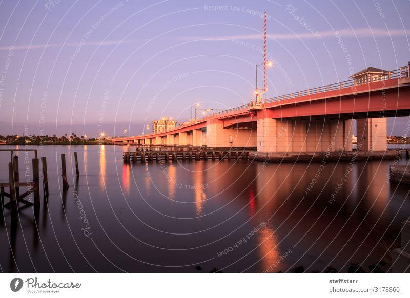 North Causeway Bridge im Morgengrauen über den Indian River Meer Segeln Natur Küste Fluss Brücke Segelboot Wasserfahrzeug leuchten blau Tagesanbruch