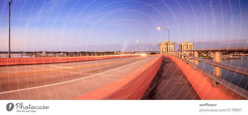North Causeway Bridge im Morgengrauen über den Indian River Meer Segeln Natur Küste Fluss Brücke PKW Segelboot Wasserfahrzeug blau Tagesanbruch