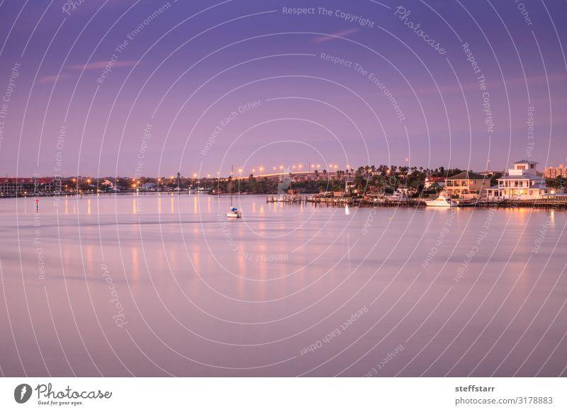 South Causeway-Brücke im Morgengrauen über den Indian River Meer Segeln Natur Küste Fluss Segelboot Wasserfahrzeug blau violett Tagesanbruch