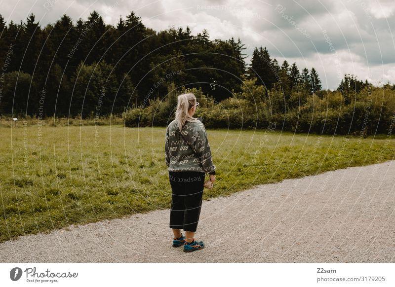 Wildpark Lifestyle Freizeit & Hobby Junge Frau Jugendliche 18-30 Jahre Erwachsene Umwelt Natur Landschaft Himmel Wolken Herbst Wiese Verkehrswege Wege & Pfade
