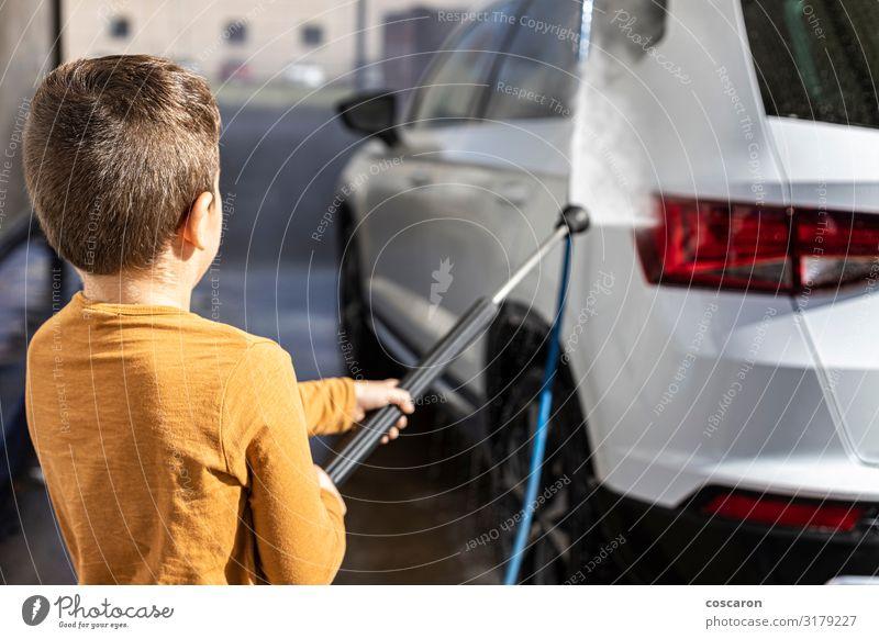 Kleines Kind reinigt ein Auto mit einem Hochdruckschlauch Lifestyle Freude Glück schön Freizeit & Hobby Ausflug Städtereise Sommer Garten Schulkind Business