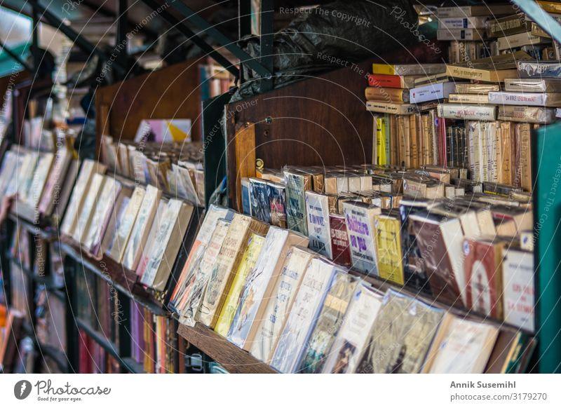Bücherstand entlang der Seine in Paris Bildung Wissenschaften Handel Frankreich Stadt Hauptstadt Altstadt Fußgängerzone Sehenswürdigkeit lesen lernen alt Billig