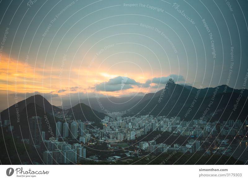 Rio de Janeiro Sonnenaufgang Sonnenuntergang Sonnenlicht Felsen Berge u. Gebirge Brasilien Südamerika Stadt Stadtzentrum Skyline überbevölkert Hochhaus