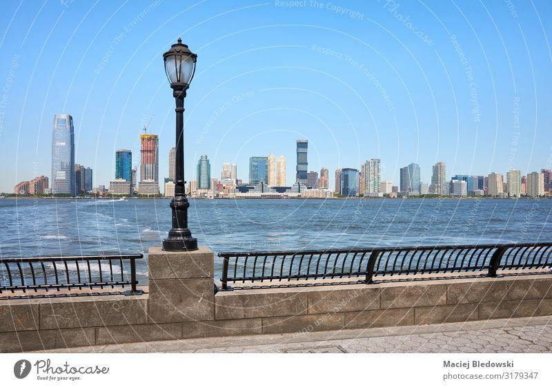 Jersey City Skyline von der Innenstadt New Yorks aus gesehen. Ferien & Urlaub & Reisen Tourismus Sightseeing Städtereise Sommer Himmel Flussufer Stadtzentrum