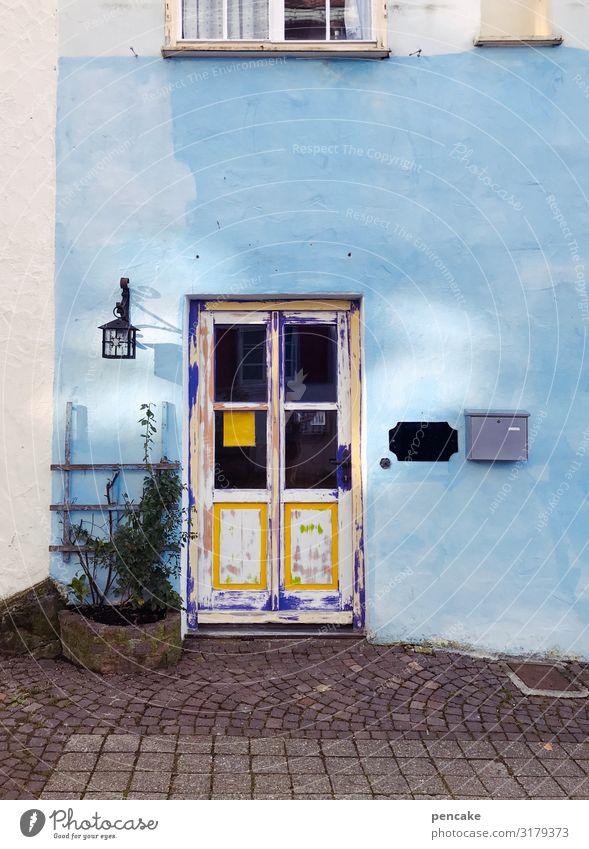 isny macht bleu Kleinstadt Altstadt Haus Mauer Wand Fassade Fenster Tür alt Freundlichkeit schön retro Isny im Allgäu Baden-Württemberg hell-blau altehrwürdig