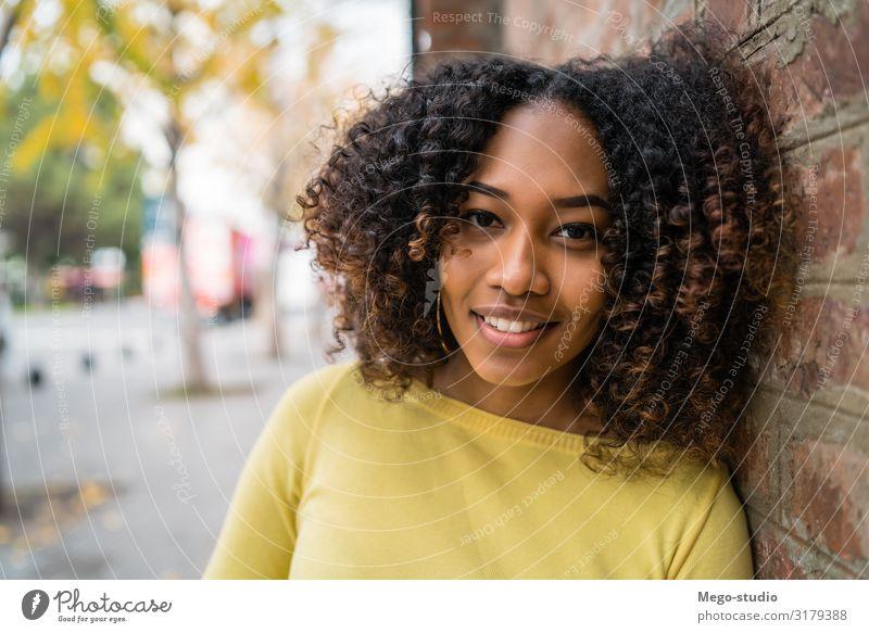 Frau Mensch schön Erholung Einsamkeit ruhig schwarz Straße Erwachsene Haare & Frisuren Aussicht nachdenklich Lächeln stehen niedlich Idee