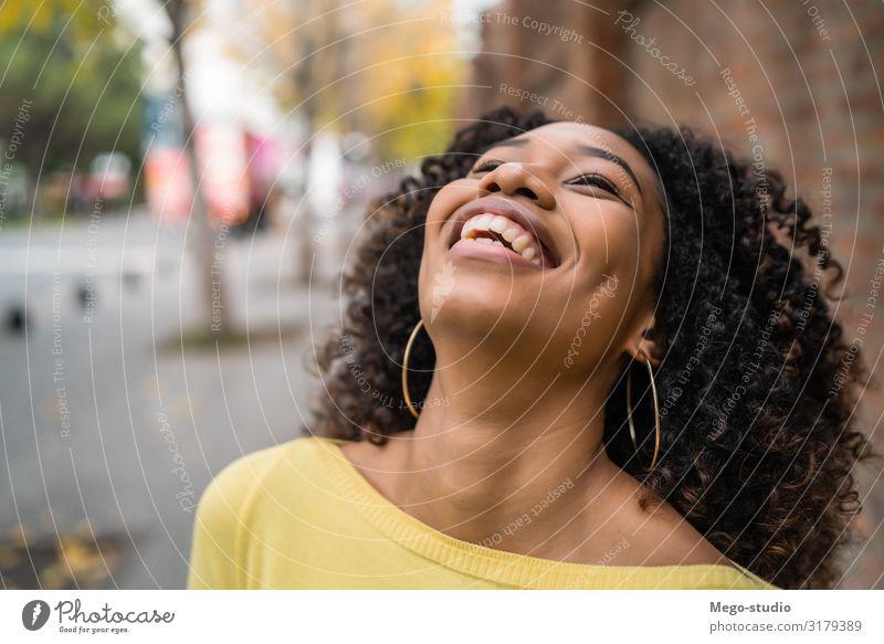 Porträt einer afroamerikanischen Frau, die lacht. schön Haare & Frisuren Erholung ruhig Fotokamera Mensch Erwachsene Straße brünett Afro-Look Lächeln lachen