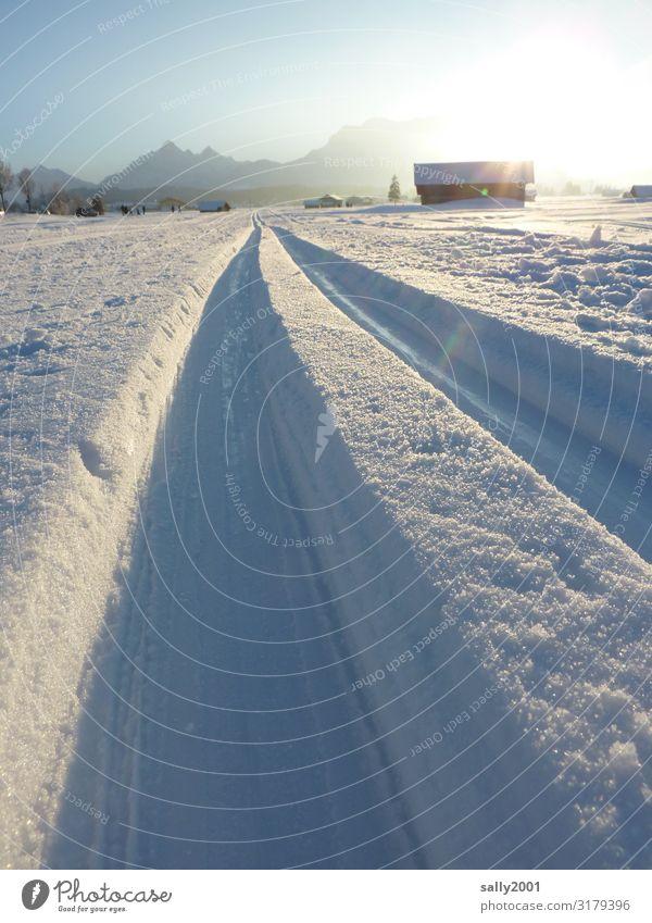 Langlaufvergnügen... Natur Erholung Berge u. Gebirge Wege & Pfade Schnee Sport Tourismus Schönes Wetter Alpen rein Spuren Scheune Wintersport Sportstätten