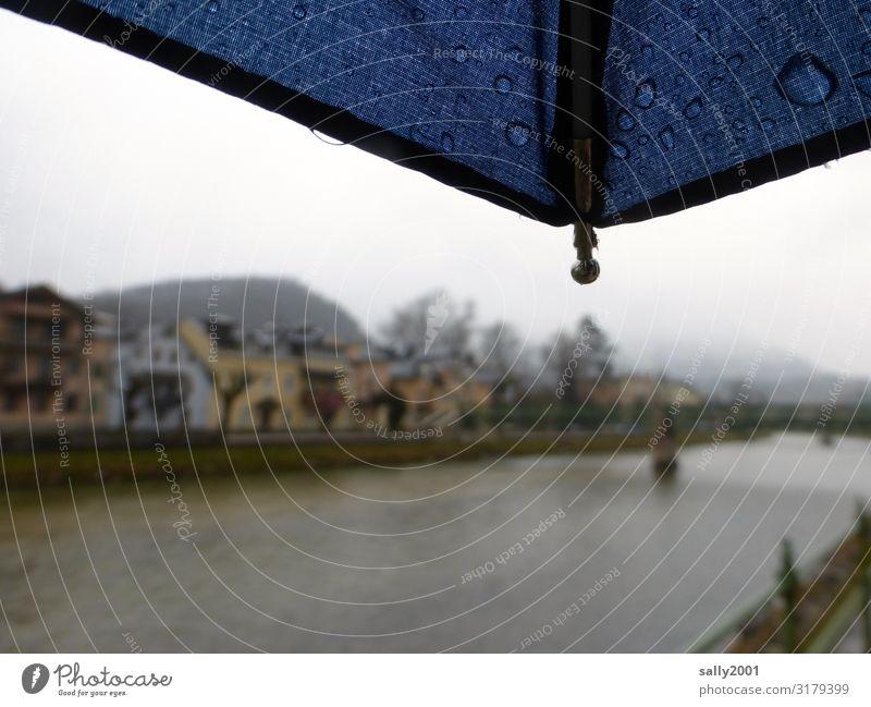 Novemberwetter... Herbst schlechtes Wetter Nebel Regen Flussufer Traun Bad Ischl Dorf Kleinstadt Stadtzentrum Haus dunkel kalt Einsamkeit ruhig Regenschirm trüb