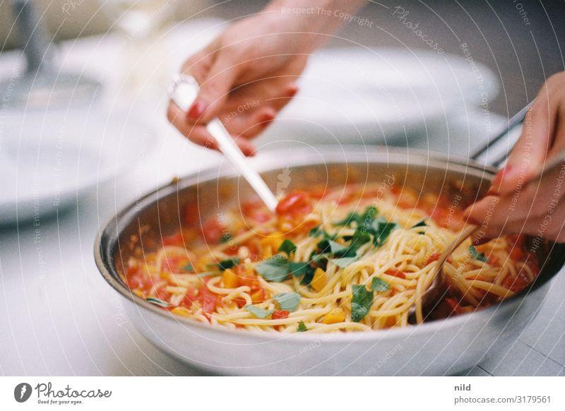 Pasta al Pomodoro rot Hand Lebensmittel Essen Wärme gelb grau Ernährung Lebensfreude genießen lecker Backwaren Essen zubereiten Bioprodukte