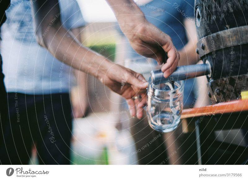 zapfen Getränk Alkohol Bier Freizeit & Hobby Party Veranstaltung Feste & Feiern trinken Mensch Junger Mann Jugendliche Arme 3 18-30 Jahre Erwachsene Holz Glas