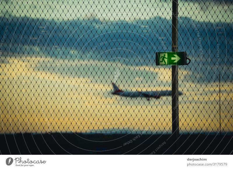 Hinweis - Schild, nach rechts , fliegt das Flugzeug mit ausgeklappten Rädern zu Landebahn. Aufgenommen hinter einem Drahtzaun. Freude Erholung Ausflug Flughafen