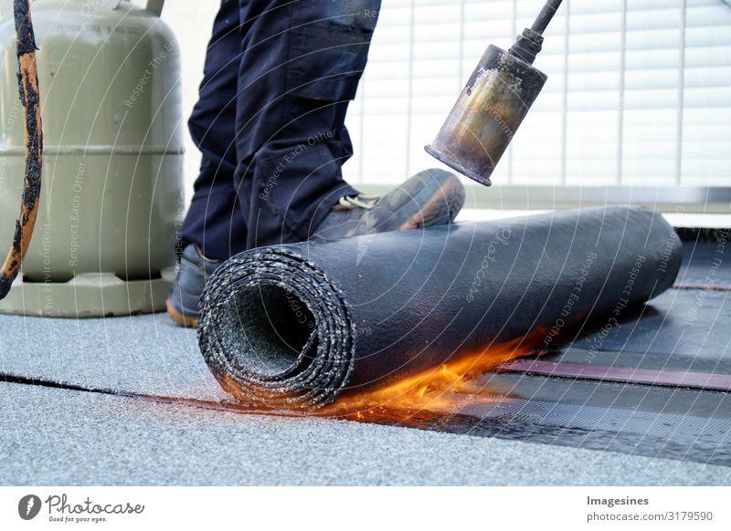 Flachdach Installation mit Gasbrenner Dachdecker Dachdecken Baustelle Handwerk Mensch maskulin 1 30-45 Jahre Erwachsene Propangasbrenner Gasflaschen