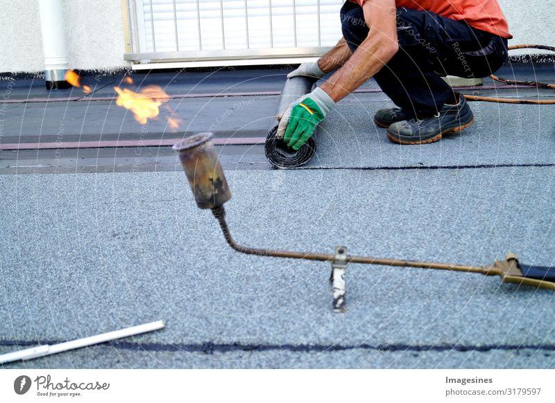 Dachdecker Bitumen Gasbrenner Dachdecken Baustelle Handwerk Mensch maskulin Mann Erwachsene Körper 1 30-45 Jahre Gasflaschen propan Arbeit & Erwerbstätigkeit