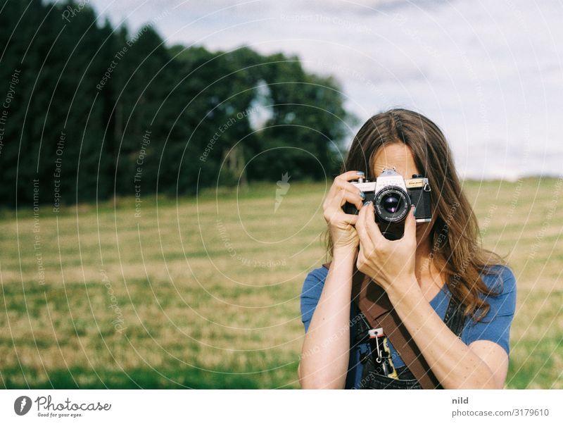 Die Fotografin Lifestyle Stil Freizeit & Hobby Beruf Mensch Junge Frau Jugendliche 1 18-30 Jahre Erwachsene Latzhose brünett langhaarig Fotokamera