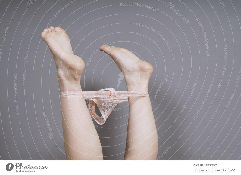 weibliche Füße in der Luft mit Tanga-Höschen um die Knöchel herum Lifestyle Schlafzimmer Mensch feminin Junge Frau Jugendliche Erwachsene Beine Fuß 1