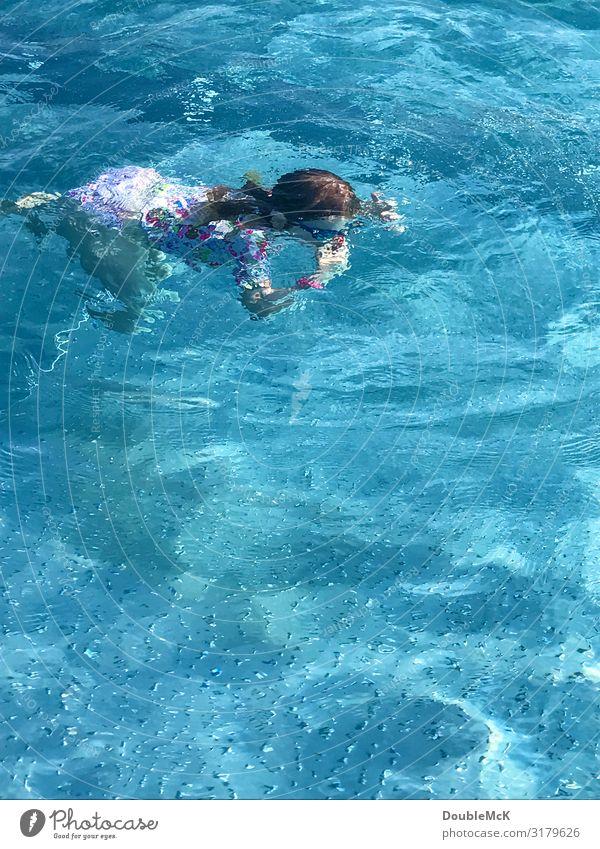 Mädchen taucht unter Wasser und hält sich die Nase zu Schwimmbad Schwimmen & Baden Sommer Mensch feminin Kind Kindheit 1 3-8 Jahre tauchen nass Wärme blau