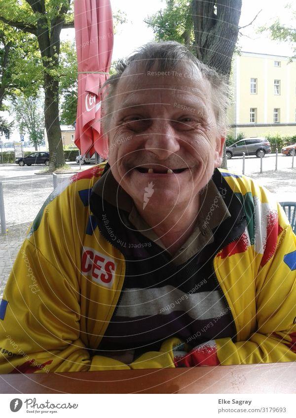 Bernd Menschen unter uns maskulin Weiblicher Senior Frau 1 60 und älter leuchten authentisch Fröhlichkeit Farbfoto Außenaufnahme Tag Zentralperspektive