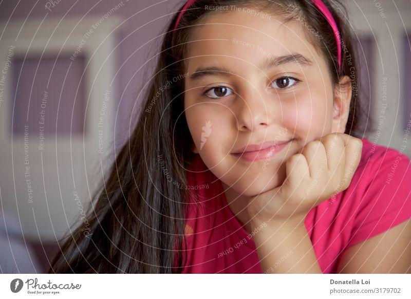Kleines Mädchen lächelndes Porträt im Haus Schlafzimmer Mensch feminin Jugendliche 8-13 Jahre Kind Kindheit brünett langhaarig Lächeln Freundlichkeit 8-9 Jahre