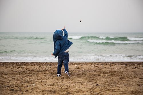 Kind Mensch blau Meer Einsamkeit Winter Strand Leben Herbst Spielen Stein Sand maskulin Körper Wellen Kindheit