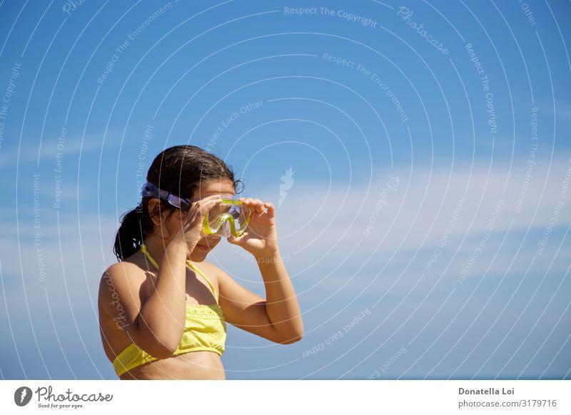 Mädchen mit gelber Tauchermaske Lifestyle Erholung Ferien & Urlaub & Reisen Sommer Strand Meer Mensch Kindheit Jugendliche 1 8-13 Jahre Natur Wolken Einsamkeit