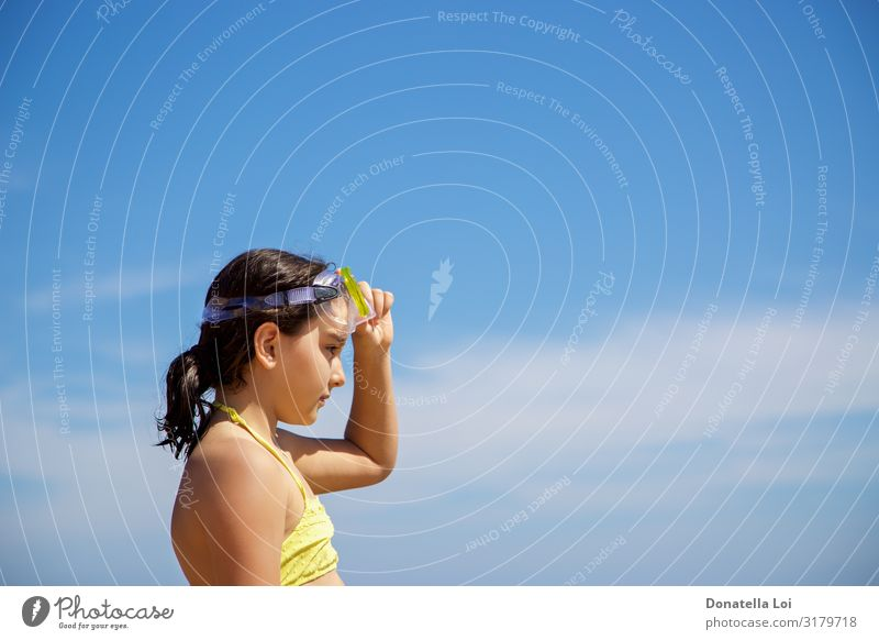 Mädchen mit gelber Tauchermaske Lifestyle Erholung Freizeit & Hobby Ferien & Urlaub & Reisen Sommer Strand Meer Mensch feminin Kindheit Jugendliche Kopf 1