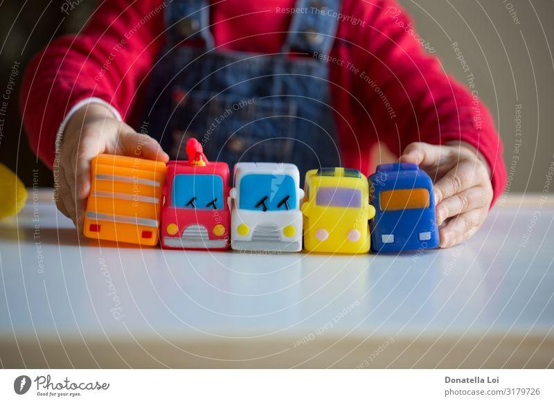 Kind spielt mit Autos Freude Freizeit & Hobby Spielen Mensch Kleinkind Kindheit Hand 1 1-3 Jahre Jeanshose Spielzeug Kunststoff klein rot Einsamkeit Farbe