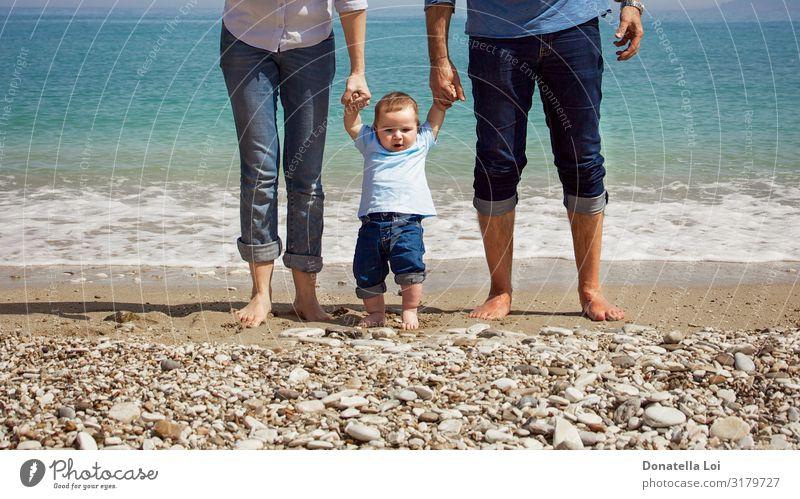 Familie am Strand Lifestyle Glück Freizeit & Hobby Sommer Meer Mensch maskulin feminin Kleinkind Eltern Erwachsene Mutter Vater Familie & Verwandtschaft