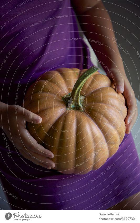 Mädchen mit Kürbis in der Hand Gemüse Lifestyle Halloween feminin Kindheit 1 Mensch Natur Herbst Diät füttern Billig gut Halt im Innenbereich purpur Farbfoto