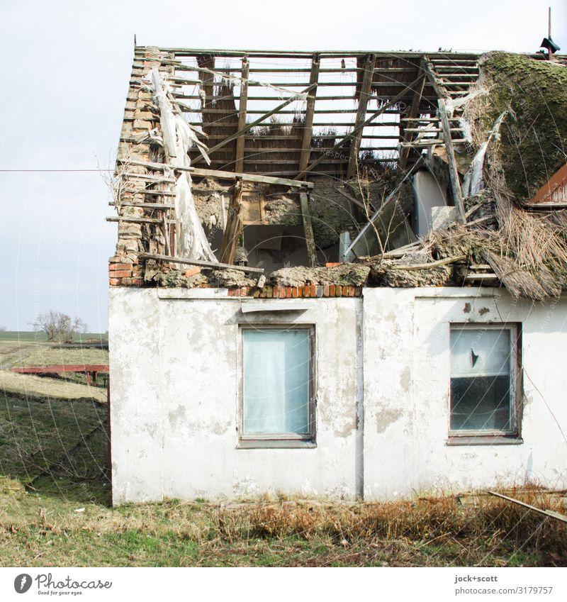 Dachschaden im Ferienheim Erholungsgebiet lost places DDR Himmel Winter Wiese Rügen Architektur Reetdachhaus Fenster Holzdach kalt kaputt retro Stimmung