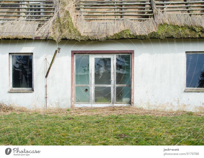 verloren im Ferienheim lost places DDR Wiese Hotel Ferienanlage Fenster Dach Reetdach Eingang authentisch kaputt Vergangenheit Vergänglichkeit