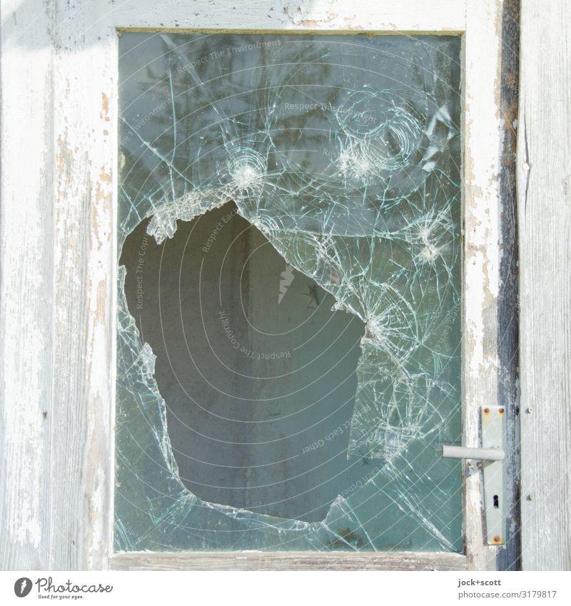 Glassmonster DDR lost places Eingang Eingangstür Glasscheibe Griff Holz Riss Rahmen Loch authentisch dünn groß hässlich kaputt retro weiß Stimmung Stress