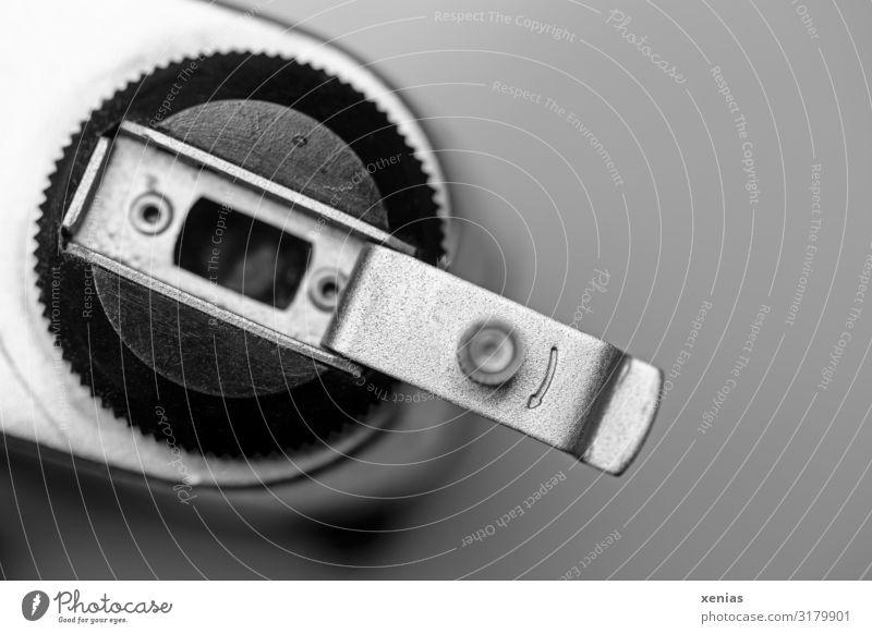 damals kurbelten wir am Rädchen der analogen Kamera Fotokamera Pfeil alt retro rund schwarz silber Erinnerung Mechanik früher Kurbel Studioaufnahme Nahaufnahme
