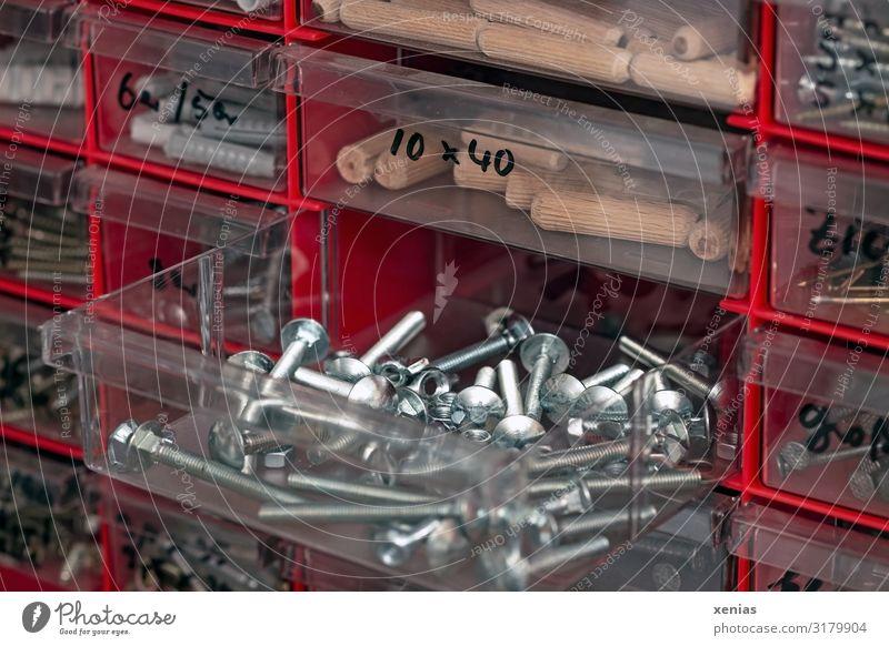 Ordnung muss sein..in den Schubladen mit den Schrauben Holzdübel Dübel Sammlung Metall Kunststoff rot silber sortieren Plastikkiste Beschriftung Detailaufnahme