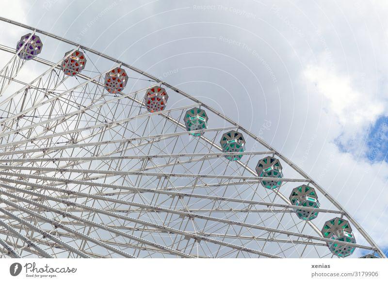 Ausschnitt eines still stehendem Riesenrads mit Wolken Tourismus Städtereise Sommer Feste & Feiern Jahrmarkt Himmel Bauwerk drehen fahren schaukeln hoch blau