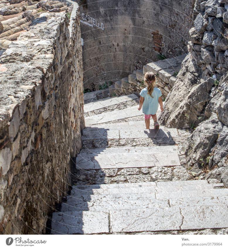 Treppab Kleinkind Mädchen 1 Mensch 1-3 Jahre Sizilien Italien Dorf Mauer Wand Treppe gehen wandern grau türkis Stein klein Farbfoto mehrfarbig Außenaufnahme Tag
