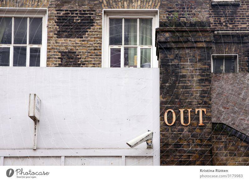 out Haus Gebäude Architektur Schriftzeichen Hinweisschild Warnschild beobachten braun weiß Wachsamkeit Schutz Überwachung Überwachungskamera Tor Ausgang Fenster