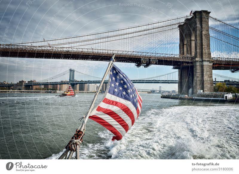 Brooklyn Bridge Speedboating Wasser Himmel Wolken Wellen Küste New York City Manhattan Stadt Skyline Haus Brücke Turm Bauwerk Architektur Sehenswürdigkeit