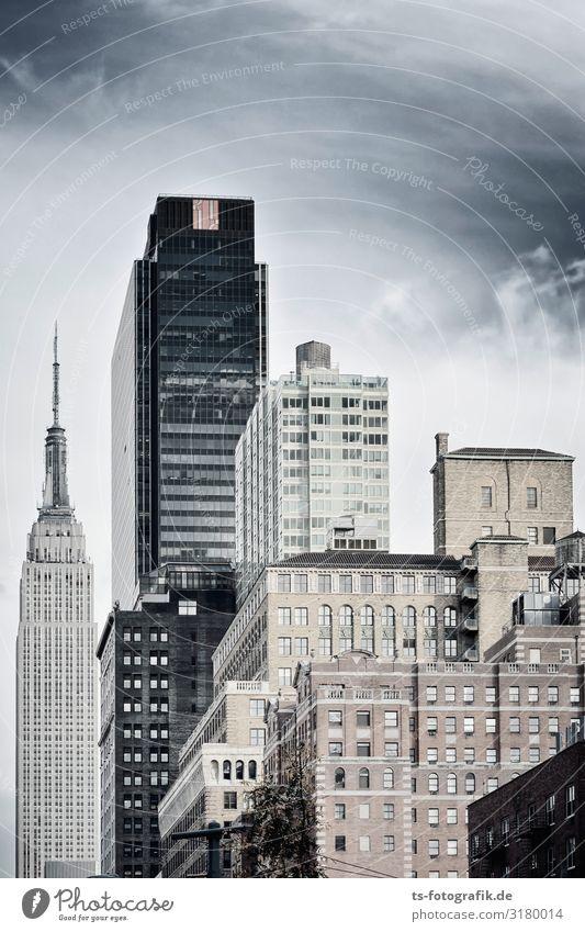 Turmbau zu Manhattan Himmel Wolken New York City Stadtzentrum Menschenleer Haus Hochhaus Bauwerk Gebäude Architektur Mauer Wand Fassade Fenster Sehenswürdigkeit