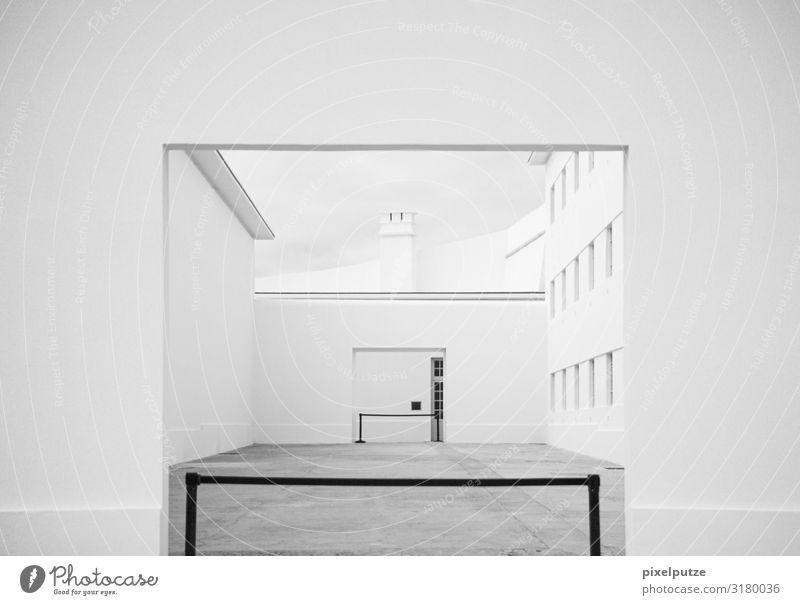 Die andere Seite Bauwerk Gebäude Architektur Fenster Tür hell Barriere Eingang Grafische Darstellung Geometrie Schornstein Hof Tensatoren geschlossen
